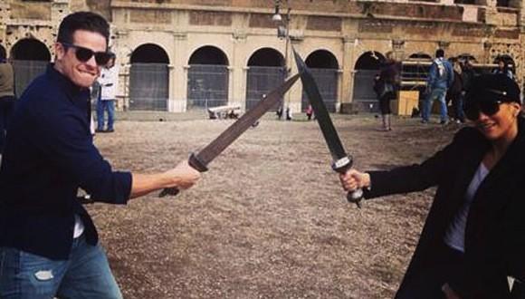 Jennifer lopez, casper smart : Sword-Fighting in Rome (PHOTO)