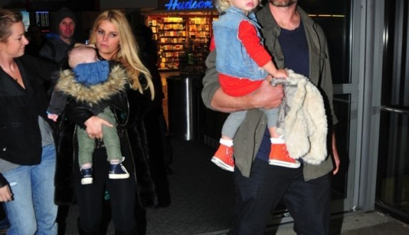 Jessica simpson : Singer Arrives in Boston With Her Family (PHOTO)
