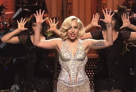 """Lady Gaga SNL : Singer Performs """"Do What U Want"""" With R. Kelly"""