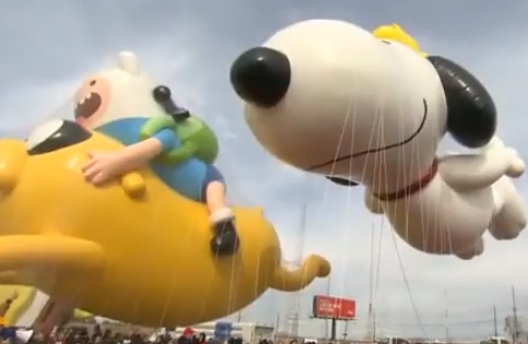 Macys Thanksgiving day parade : Battle Cold and Wind