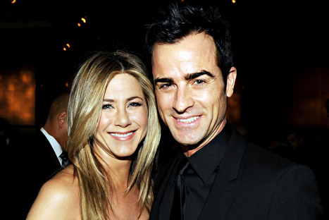 Jennifer aniston and Justin theroux : annual holiday and tree trimming party