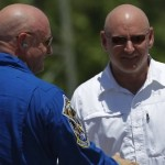 NASA : Twin astronauts volunteer for space-effects study