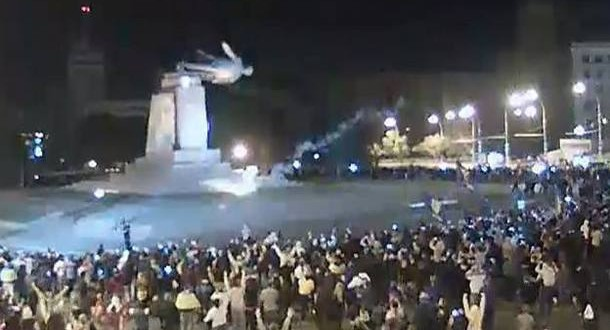 Kharkiv : Lenin Statue Toppled (Video)
