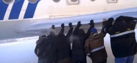 Passengers Push Plane After Brakes Freeze (Video)