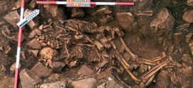Skeletons found of couple in 5,800-year embrace (Photo)