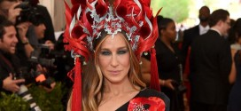 Sarah Jessica Parker's headpiece : Actress Wears Giant 'Chinese' Headpiece at 2015 Met Gala