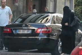 Gisele Bundchen dons a burqa to sneak into cosmetic surgery (Photo)