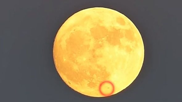 Alien Spaceship Spotted Whizzing Past Supermoon Video Canada