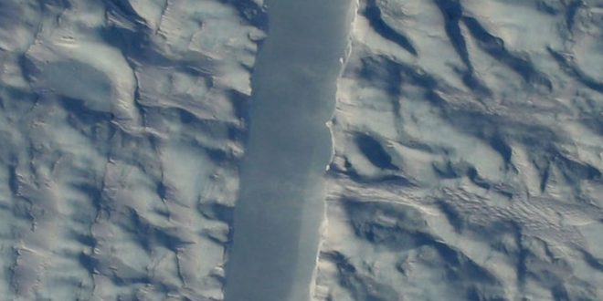 NASA finds crack in middle of Greenland's biggest glaciers (Photo)