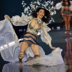 Model Ming Xi Falls During VS Fashion Show 2017 (Video)