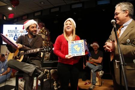 Kelly Clarkson : Singer visits children's hospital in Vanderbilt