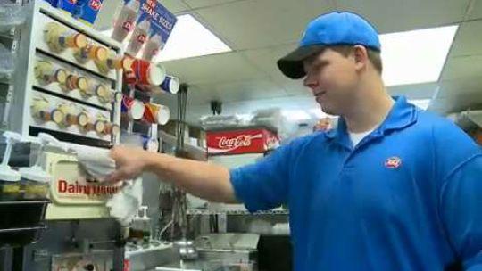 Joey Prusak : selflessly helps blind customer (VIDEO)