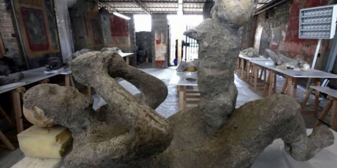 Pompeii : Terrified mother and child's final moments preserved in ash (Photo)